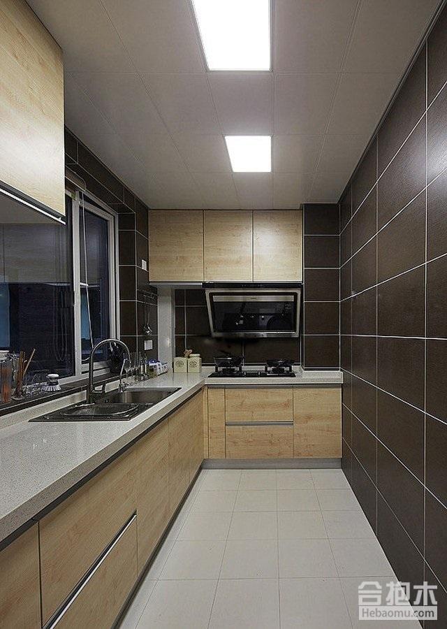 欧式田园风格的厨房装修,厨房呈现正方形,橱柜依靠墙面设计成u型